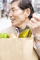 街中で買い物をしている男性