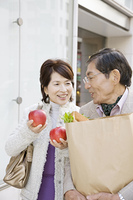 街中で買い物をしている夫婦
