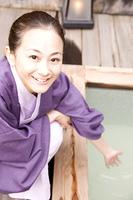 湯船に手を入れようとしている女性