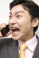 携帯電話で会話をしている男性