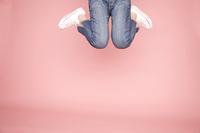 ジャンプした女性の足元