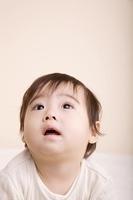 上を見る赤ちゃん
