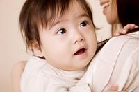 母親に抱かれている赤ちゃん