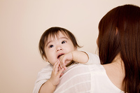 母親に抱っこされている赤ちゃん