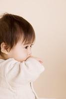 手を銜える赤ちゃん
