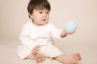 ボールで遊んでいる赤ちゃん
