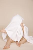 タオルに包まっている赤ちゃん