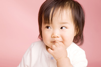 お菓子を食べている赤ちゃん