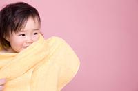 タオルに包まる赤ちゃん