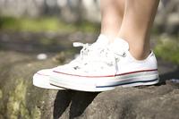 スニーカーをはいた女性の足元