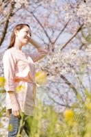 お花見をしている女性