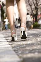 桜並木を歩く女性の足元