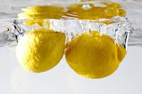 水中のレモン