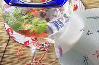 金魚鉢と団扇と簾