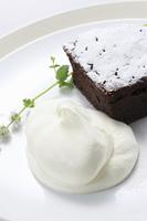 チョコレートケーキとクリーム