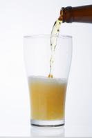 グラスに注ぐビール