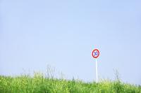 草原と標識