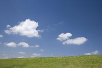 草原と雲と青空