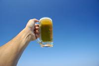 ビールジョッキと青空