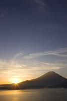 本栖湖と富士山と日の出