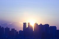 新宿高層ビル群と太陽と富士山