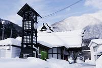 雪の湯野上温泉の駅舎
