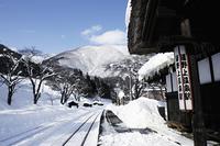 雪の湯野上温泉の駅
