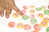 キャンディーを選ぶ子供の手