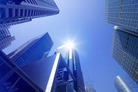 窓から高層ビルと光