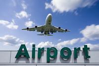 飛行機と雲と空港