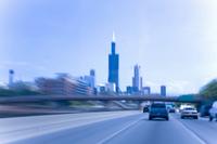 流れる道とシカゴビル街