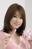 歯磨きをする女性