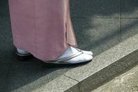 和服の女性の足元