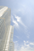 空とオフィスビル