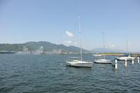 大津港花噴水とヨット、比叡山