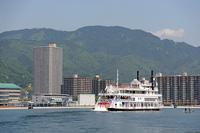 琵琶湖を行く外輪船ミシガンと比叡山