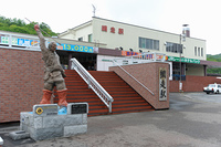 網走駅とモヨロ人漁猟の像