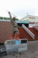 モヨロ人漁猟の像と網走駅