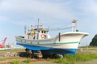 陸揚げされた漁船