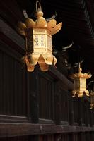 金の吊り灯篭