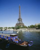 エッフェル塔と川に浮かぶ船