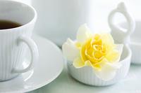 黄色いバラとコーヒーカップ