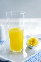 オレンジジュースと黄色いバラ