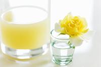 リンゴジュースと黄色いバラ