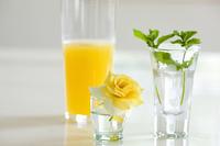 黄色いバラとオレンジジュースとミント