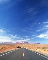 荒野の直線道路