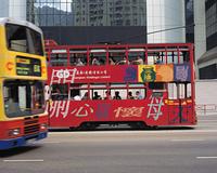 2階建ての路面電車とバス