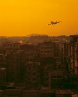 オレンジ色の町並と飛行機