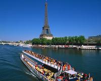 遊覧船とエッフェル塔