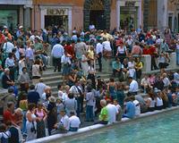 観光客とトレヴィの泉